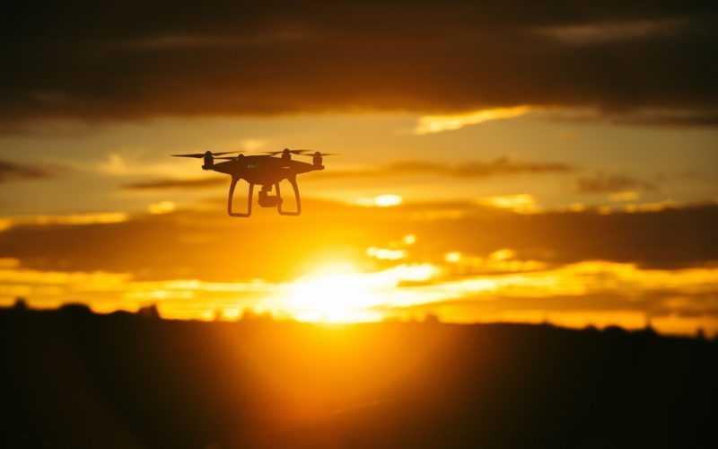 Un drone au couché de soleil